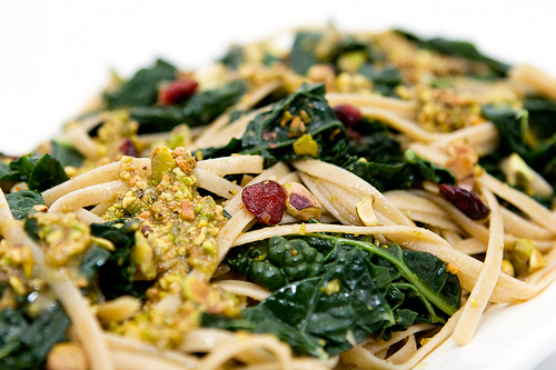 Whole Grain Linguine with Kale, Dried Cranberries, and Pistachio Sauce | spachethespatula.com #recipe