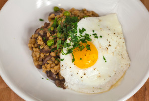 Wheat Berry Risotto with Mushrooms and Peas Topped with an Egg | spachethespatula.com #recipe