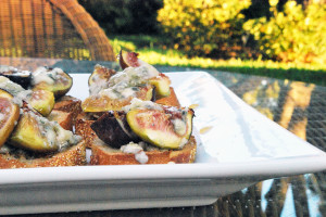 Roasted Fig Crostinis with Honey and Blue Cheese | spachethespatula.com #recipe