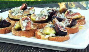 Roasted Fig Crostinis with Honey and Blue Cheese   spachethespatula.com #recipe