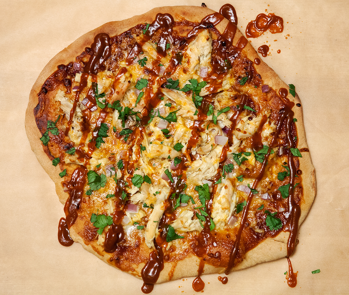BBQ Chicken & Cheddar Pizza | spachethespatula.com #recipe
