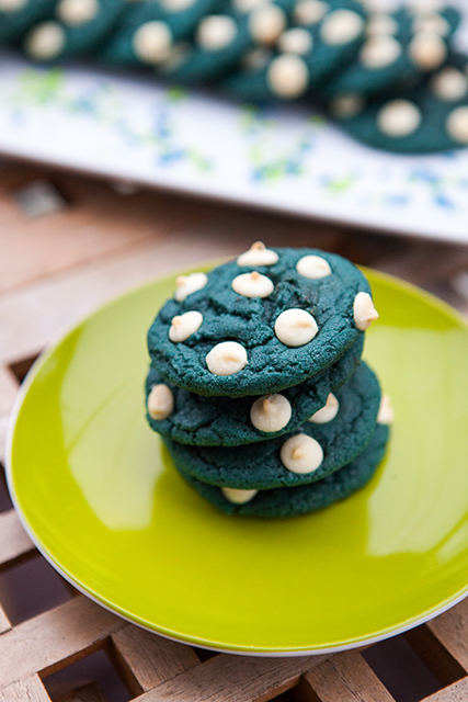 Blue Velvet White Chocolate Chip Cookies | spachethespatula.com #recipe