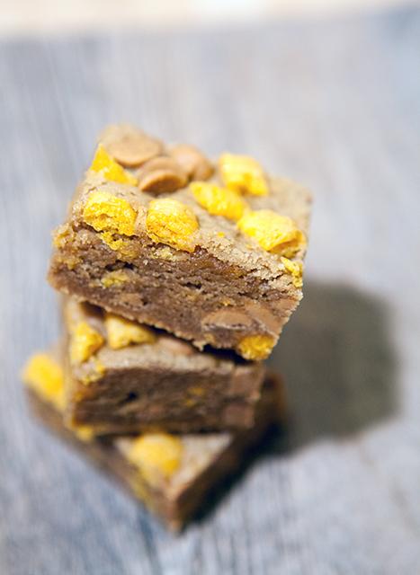 Peanut Butter Cap'n Crunch Bars | spachethespatula.com #recipe