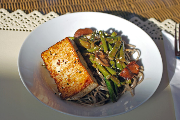 Soba Noodles with Miso-Glazed Tofu and Veggies | spachethespatula.com #recipe #vegan