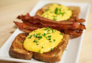 Super Cheesy Slow-Scrambled Eggs | spachethespatula.com #recipe