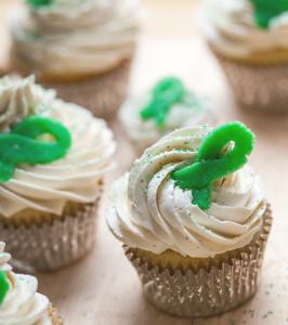 Vanilla Cupcakes with Vanilla Buttercream and Green Marzipan Ribbons | spachethespatula.com #recipe