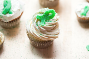 Vanilla Cupcakes with Vanilla Buttercream and Green Marzipan Ribbons | spachethespatula.com #recipe