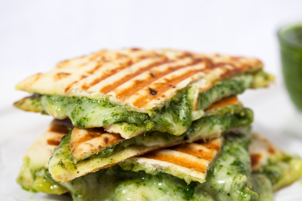 Naan Grilled Cheese with Homemade Pesto | spachethespatula.com #recipe