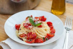 Angel Hair Pasta with Fresh Garlic Tomato Sauce | spachethespatula.com #recipe