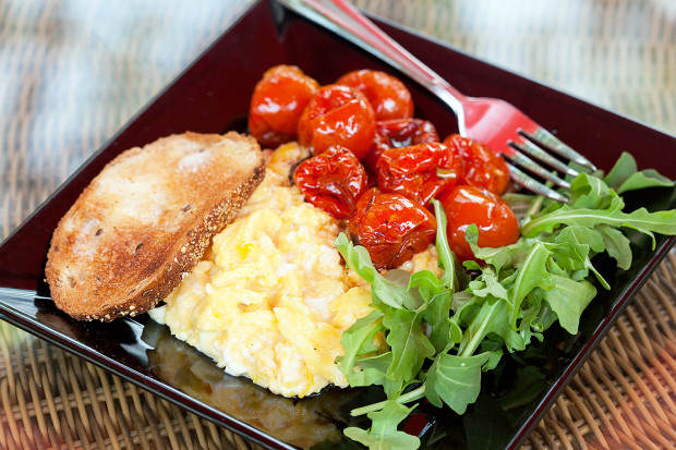 Roasted Tomatoes with Scrambled Eggs and Arugula | spachethespatula.com #recipe