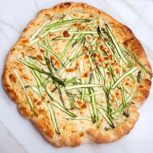 Asparagus Gruyere Pizza with Garlicky Whipped Ricotta | spachethespatula.com #recipe