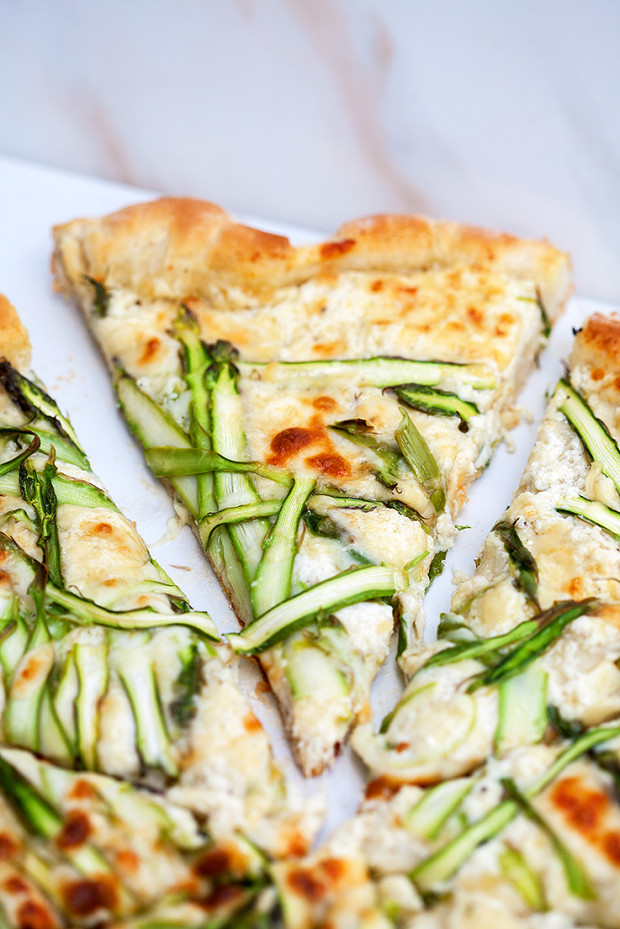 Asparagus Gruyere Pizza with Garlicky Whipped Ricotta | spachethespatula.com #recipe