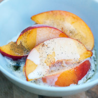 Peaches and Cream with Vanilla Bean-Zinfandel Caramel Sauce | spachethespatula.com #recipe