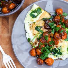 Spinach and Feta Egg White Omelette with Roasted Tomatoes | spachethespatula.com #recipe
