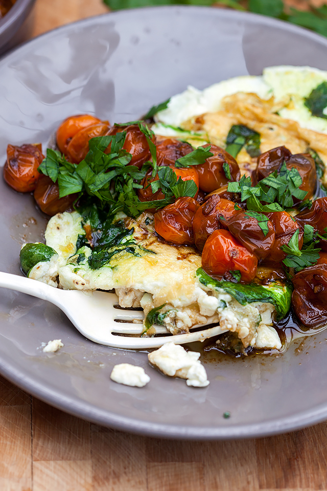 Spinach and Feta Egg White Omelette with Roasted Tomatoes | spachethespatula.com #recipe