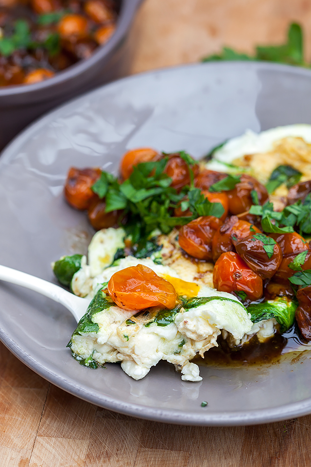 Spinach and Feta Egg White Omelette with Roasted Tomatoes   spachethespatula.com #recipe