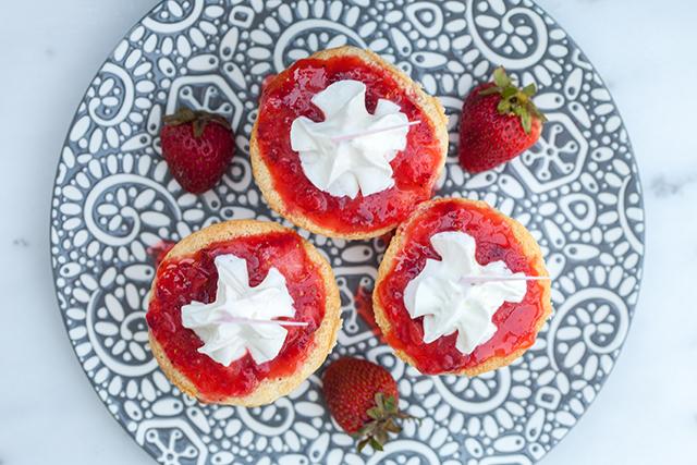 Smashing Strawberry Tres Leches Cupcakes | spachethespatula.com #recipe