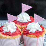 Smashing Strawberry Tres Leches Cupcakes | spachethespatula.com #recipe