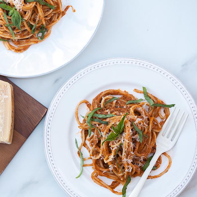 Heirloom Tomato and Basil Pasta Sauce | spachethespatula.com #recipe