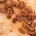 Spiced Pumpkin Pecans: super crunchy, and contain real pumpkin! | spachethespatula.com