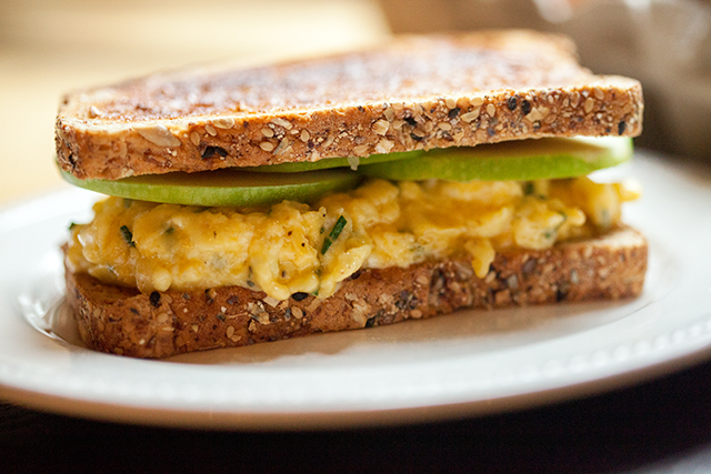 Cheddar and Apple Egg Sandwich | spachethespatula.com #recipe