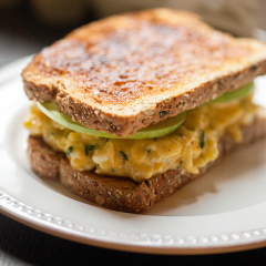 Cheddar and Apple Egg Sandwich | spachethespatula.com #recipe
