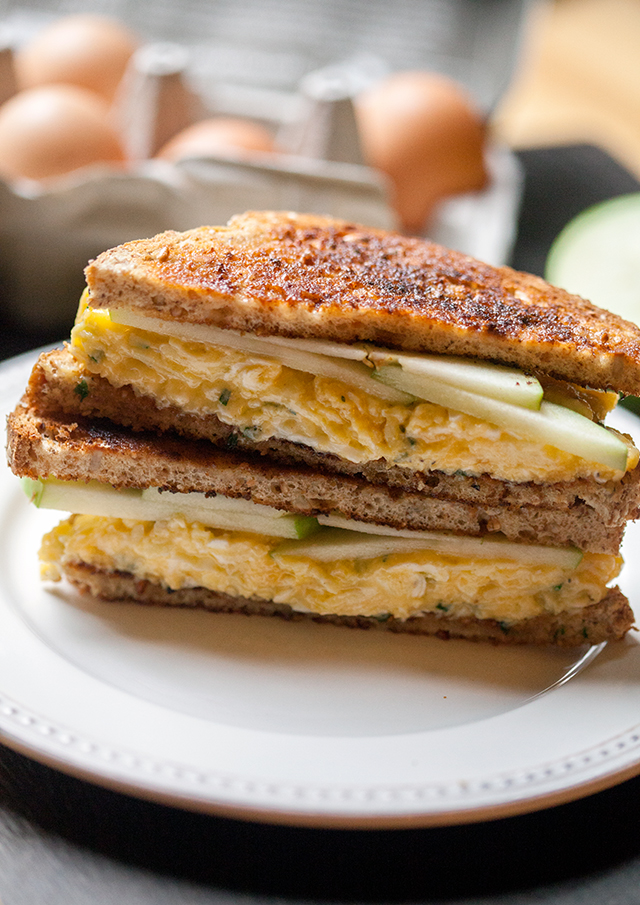 Cheddar and Apple Egg Sandwich   spachethespatula.com #recipe