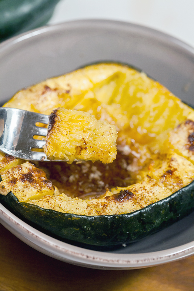 Cinnamon-Sugar Roasted Acorn Squash | spachethespatula.com #recipe
