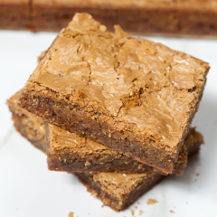 A flakey top and ooey-gooey inside make these caramely blondies totally irresistible! | spachethespatula.com