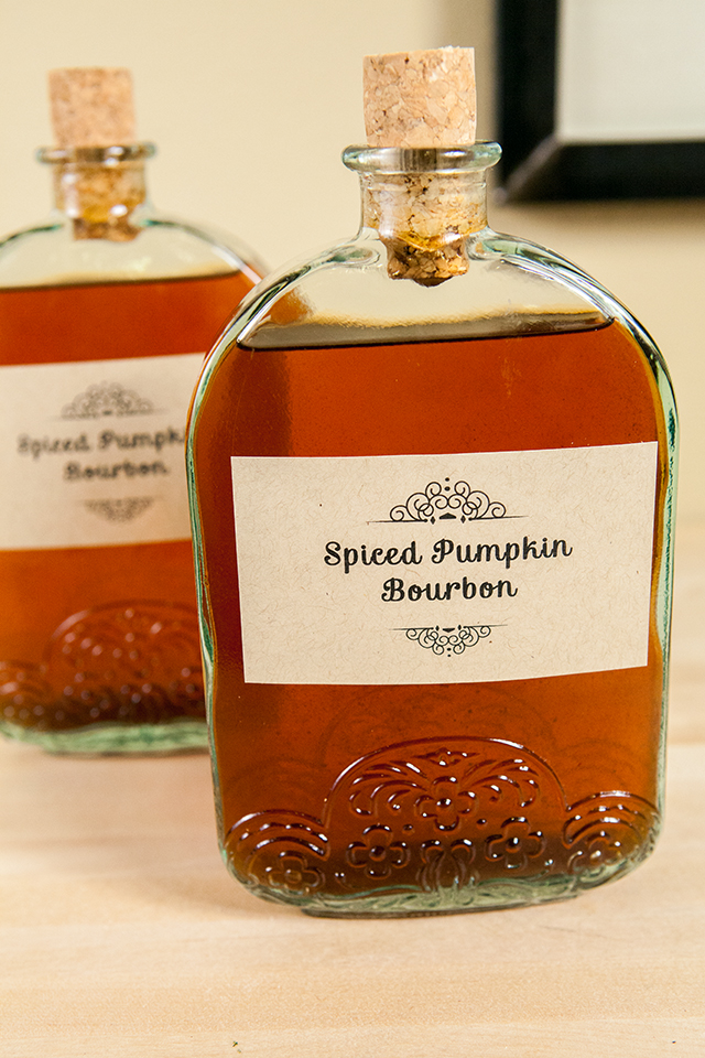 Spiced Pumpkin Bourbon: this DIY holiday gift is super easy & super delicious! | spachethespatula.com #recipe