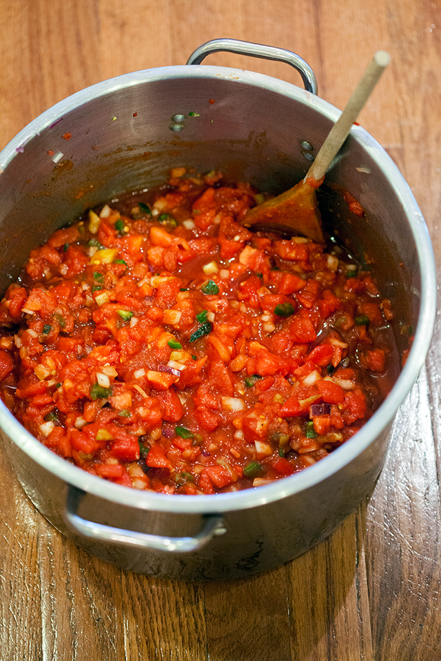 This is the best homemade salsa I've had, and it's super easy, and perfect for canning! | spachethespatula.com #recipe