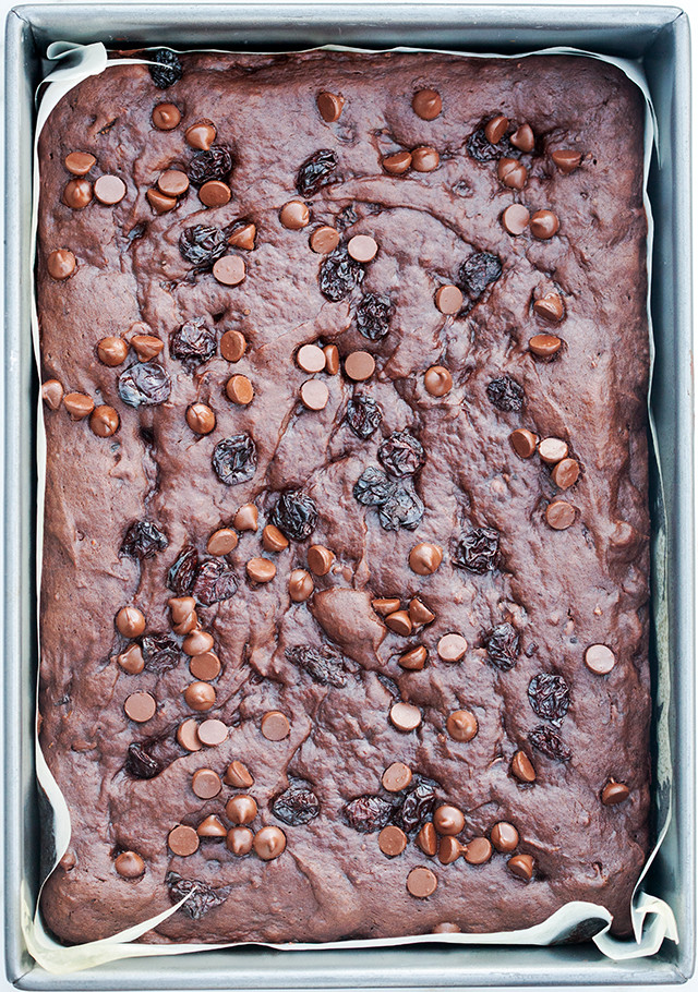 These chocolate-y little numbers are banana bread in bar form, studded with dried cherries and chocolate chips. They're super easy to make, and simple to make vegan! | spachethespatula.com #recipe