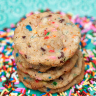 These Momofuku Milk Bar-Inspired cookies are stuffed with sprinkles and a Frosted Flake crunch! | spachethespatula.com #recipe