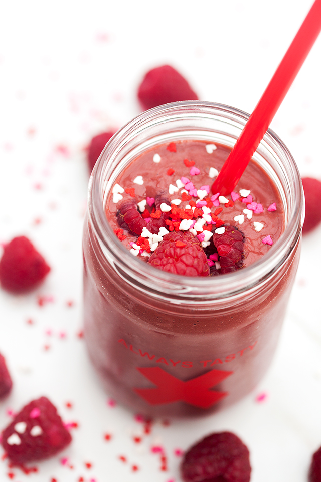 All the flavors of red velvet (and raspberries!), in a healthy and vegan shake! | spachethespatula.com #recipe