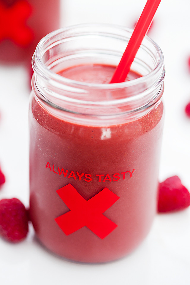 All the flavors of red velvet (and raspberries!), in a healthy and vegan shake!   spachethespatula.com #recipe