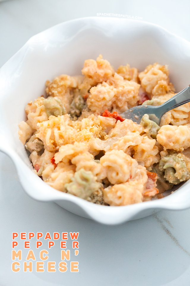 Creamy and delicious homemade mac n- cheese that has the flavor if pimiento cheese! | spachethespatula.com #recipe