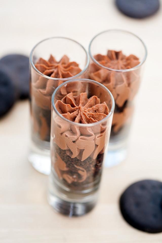 No-bake Thin Mint cheesecake in miniature parfait form!   spachethespatula.com #recipe