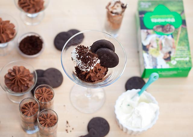 No-bake Thin Mint cheesecake in miniature parfait form! | spachethespatula.com #recipe