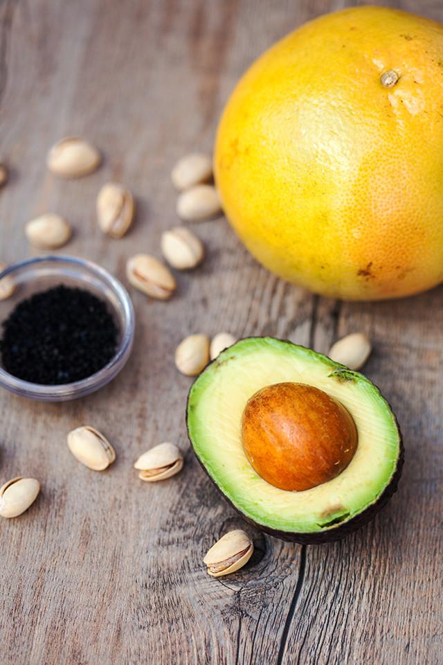 A vibrant, juicy salad with creamy avocado, peppery arugula, and unctuous pistachios oil | spachethespatula.com #recipe