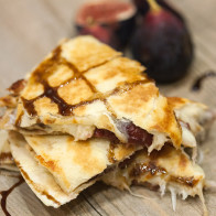 These chicken and fig quesadillas are savory, sweet, and super-duper cheesy! | spachethespatula.com #recipe