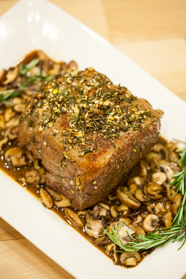 Wow your dinner guests with this aromatic rosemary and garlic roast that is so simple to make, and complete with a beautiful presentation paired with Rioja Reserva wines | spachethespatula.com #recipe