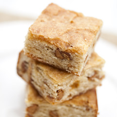These delicious little bars have all the taste of banana bread, but with the texture of a brownie! | spachethespatula.com #recipe