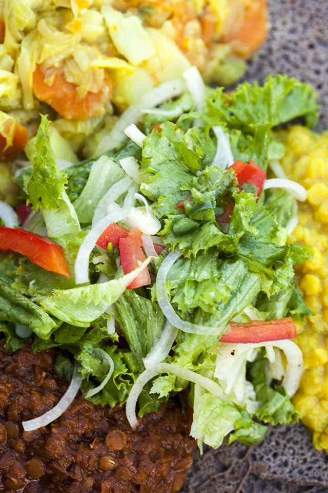 This simple-yet-vibrant green salad adds an amazing freshness to any Ethiopian feast! | spachethespatula.com #recipe #vegan
